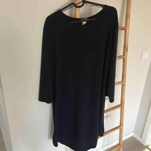 Marinblå rak klänning  Lös passform NWT  Storlek L  Frakt tillkommer