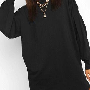 Superfin klänning från Boohoo i skönt material. Helt oanvänd med prislappar kvar. Säljer då den var lite kortare än jag förväntade mig 🥰