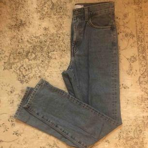 Snygga jeans Är seriöst aldrig använda  Dock så köpte jag dem för ungefär 2år sedan men frf sjukt snygga  Säljer pga korta i benen (jag är 1.80)