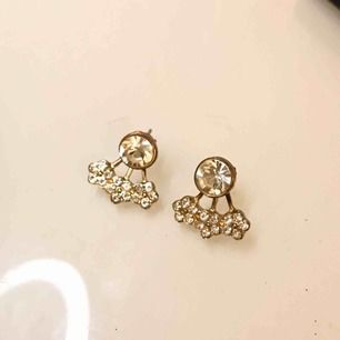 Jättefina guldiga örhängen med smycke under örsnibben. Sitter som på bild 2. Frakt 9kr❣️