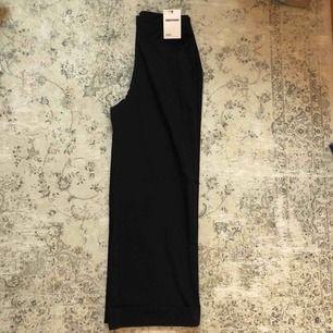 Snygga svarta byxor, med väck där nere  Aldrig använda, pga köpte ett par likande som jag gillade mer