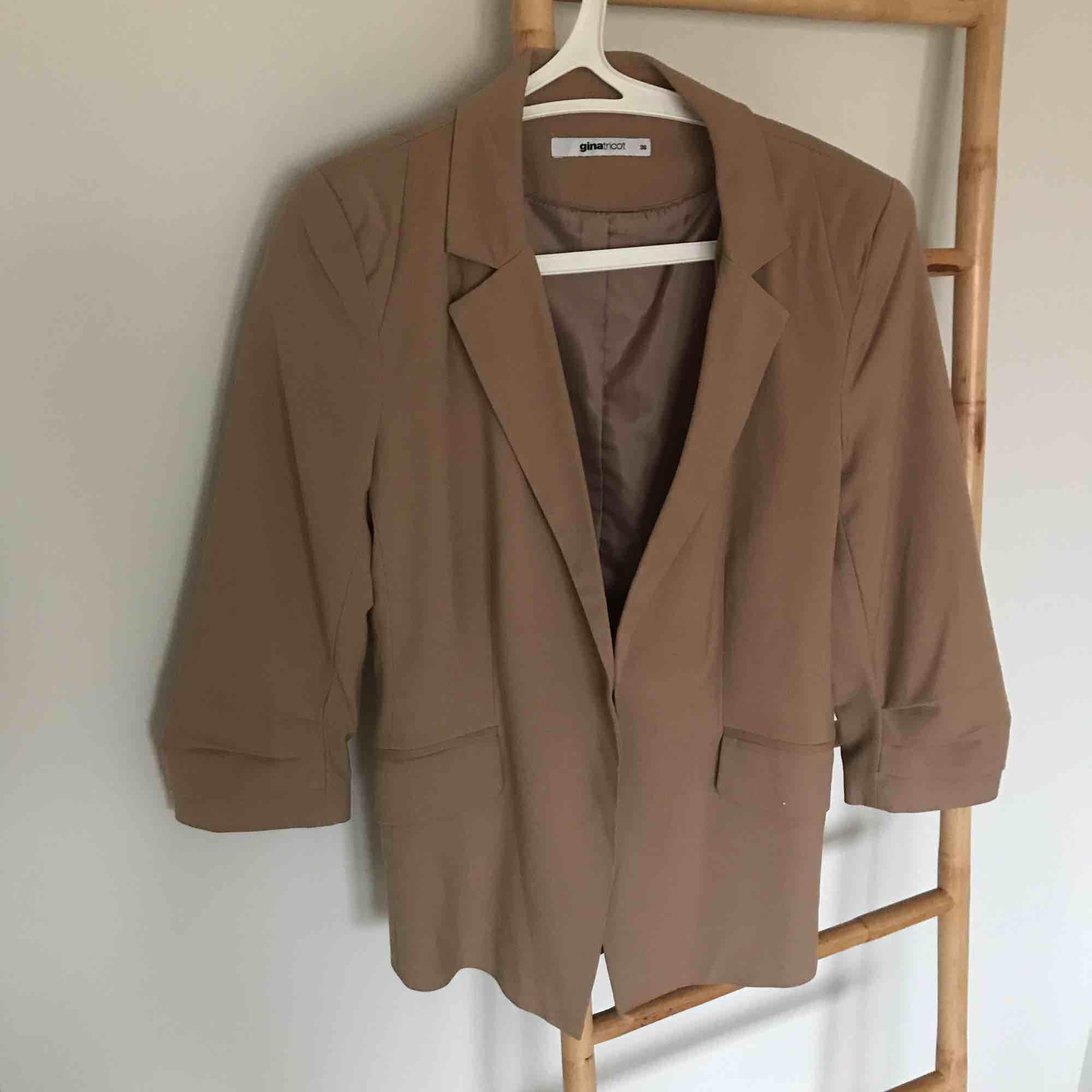 Beige kavaj  Från Gina tricot  Storlek 38  I mycket fint skick!  Frakt tillkommer . Kostymer.