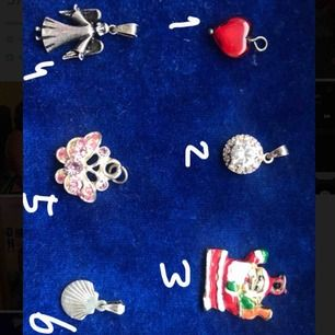 Säljer söta berlocker för 50kr styck😊 perfekt till julklapp. Armband och halsbandskedja finns till, även påsar att lägga i (tredje bilden, 10kr)