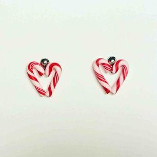 Handgjorda örhängen i form av polka-hjärtan. De är 10mm höga och 7mm breda. Nickelfria. Går även att få som halsband, nyckelring och berlock. Jag bjuder på frakten🥰