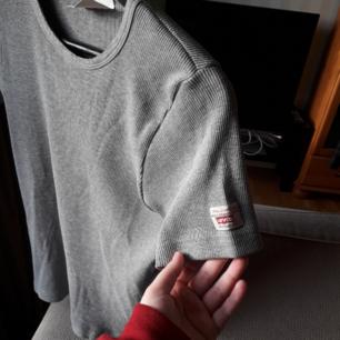 Vintage Levis t-shirt. Förmodligen från 80-90talet. Ribbad och stretchigt material.😋   Hund finns i hemmet