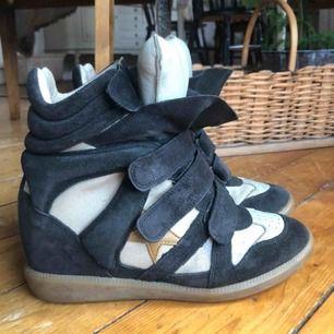 Supersnygga skor från isabel marant!! Väl använda men superbra skick, säljer pga garderobsrensning. Storlek 39🥰
