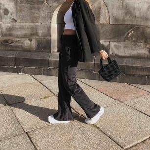 Svarta manchesterbyxor från Zara i storlek S. Superfin passform med utsvängda ben, sparsamt använda och i fint skick.