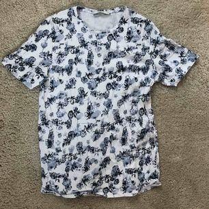 Skön t-shirt från butiken Jack & Jones. Storlek L, schysst blommigt mönster i ljusblått, mörkblått och vitt