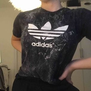 Unik T-shirt med Adidas tryck! (Inte äkta Adidas därav det billiga priset). Knappt använd så i fint skick! Köparen betalar frakt❣️