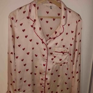 En fin pyjamasskjorta som man kan användas till fest samt vardag! Köpt för 250kr på ASOS (från missguided) men säljer för 100kr! Kommer dessvärre aldrig till användning längre och är i gott skick, meddela mig vid eventuella frågor/bilder! 💖