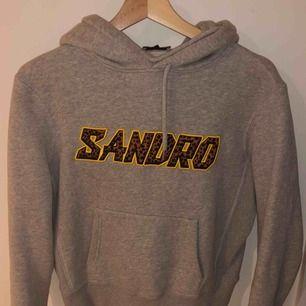 En superfin hoodie från Sandro som jag älskar! Köptes för några månader sen men fortfarande i perfekt skick. Säljs då den ej kommer till använding! Passar XS-S. Meddela mig vid eventuella frågor/bilder! Nypris: 2000kr mitt pris:800kr 💖💖
