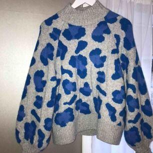 Sååå fin stickad tröja som aldrig kommer till användning längre. Fint skick då den används max 5 gånger. Priset är exkl. frakt📦 hör gärna av dig om du har frågor!🥰