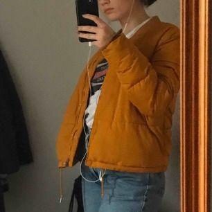 Cool pufferjacka i senapsgul färg. Från pull&bear 2017. Varm och skön. Köpare står för frakt💕