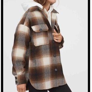 Den populära skjortjackan från hm som blev slutsåld direkt! Helt oanvänd, lapp sitter kvar.  Köparen står för frakt. Finns i Stockholm och kan mötas upp i centrala Stockholm vid behov.:)