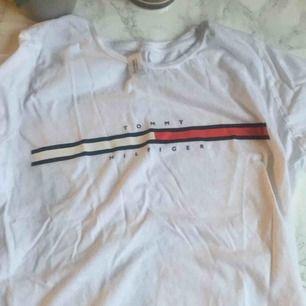 Fin Tommy Hilfiger tröja köpt utomlands, så inte äkta. Men ser riktig ut! Aldrig använd