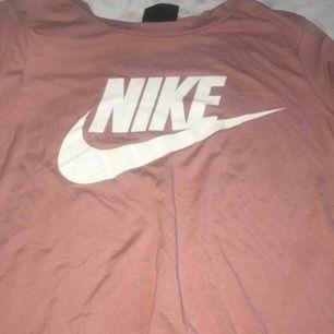 Fin Nike tröja knappt använd. Säljer för jag inte använder den