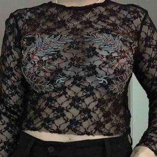 Spetströja från Zara med broderat motiv över bröstet. Köpare står för frakt 💓