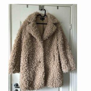 Säljer en beige faux fur/Teddy jacka inköpt på zara förra året. I storlek S-M. Knappt använd förra vintern så är som ny.  Plus frakt
