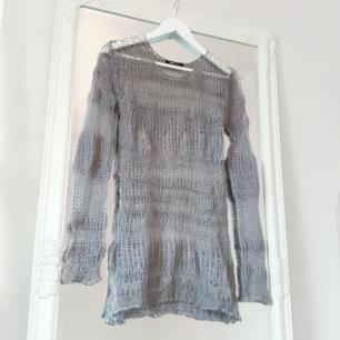 Färg: stålgrå.  Strl: S.   Tuff tunika-tröja från Gina Tricot. Gles-stickad, tex skitsnyggt till ett par skinnbyxor. Använd vid ett tillfälle, dvs gott begagnat skick! Fraktkostnad tillkommer, betalning via swish.