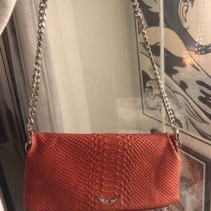 Super snygg väska från Zadig. Köptes för ca 3000. Använder den aldrig längre så därför jag säljer den. Finns även en lång kedja som följde med när jag köpte väskan.