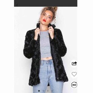 Säljer en svart fluffig och mysig faux fur jacka köpt på Nelly från Vero Moda. Storlek XS. Använd ett fåtal gånger förra hösten, men ser ut som ny.