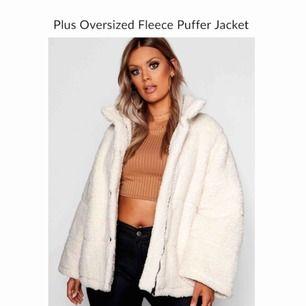 Säljer en oversized naturvit faux fur/Teddy puffer jacka från boohoo i storlek 44. Aldrig använd. Knappar samt dragkedja och Spännen nedtill. Passar alla storlekar beroende på hur man vill att den ska sitta. Passar definitivt en M och L.