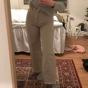 Beiga jeans från Zara i modellen marine straight. Köpta i år och väldigt bra skick, dock har dragkedjan bytts ut hos skräddare men funkar som vanlig☺️ frakten ingår i priset💘
