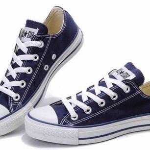 Mörkblå converse all star i den låga modellen! Supersnygga och i ett mycket bra skick! Nypris: 619kr och mitt pris: 199kr (spara 420kr!!!)