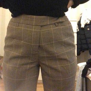 Super fina rutiga utsvängda byxor, använt ca 3 gånger o köpta nyligen för 350kr  Säljer för att dem blivit för stora :( Köparen står för frakt,