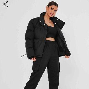 Säljer denna sprillans nya, coola puffer jacket!✨ Den är helt oanvänd med lapp kvar! Beställde fel storlek och är försent att lämna tillbaka... Ordinarie pris 68€