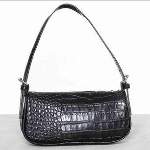 säljer denna fina balla väskan som passar till alla dagars klädatil! 249 ikl frakt!!! den är helt ny aldrig andvänd! nypris 300kr