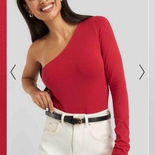 Säljer denna super fina röda one shoulder bodyn. Aldrig använd, lappen är kvar. Säljer den för att den inte kommer till användning! Köparen står för frakten💓