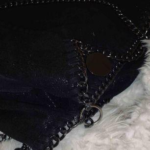 """Stor svart väska med två mindre fickor/fack med dragkedja samt ett större """"fack"""". Säljer för 60kr. Kan mötas upp i Göteborg eller posta (+frakt). Delvis defekt med ett hål i innersta fickan, men det är lätt ihopsytt!♠️ utöver det är väskan i bra skick"""