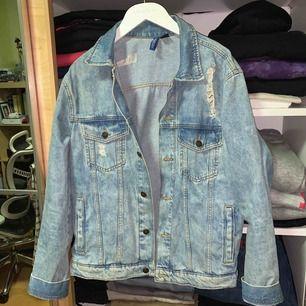 Köpt på H&M för något år sen och inte alls använd. En ljus jeansjacka, lite oversize modell med slitningar på fram & bak stycke !