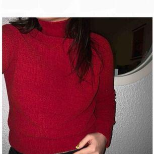 """Snygg stickad röd tröja, perfekt till julmyset! Det är skönt, mjukt, material, så garanterat ingen """"kli-tröja"""". Storlek S, säljer för 20kr +frakt. 🧶"""