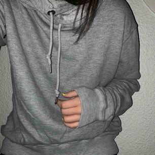 Supernajs och skön tröja!! Tror den är storlek L i herrstorlek men är fett bra att använda som oversized hoodie!! 🥰 Säljer för 50kr (+frakt)
