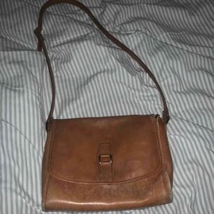 Säljer min snygga bruna väska, köpt för 230kr. Budet börjar på 80 och frakten ligger på cirka 59kr🧡
