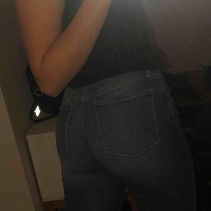levis jeans i storlek 24 (xs/s) med mellan hög midja. jeansen är köpta på plick men säljer vidare då dom var lite stora för mig. pris kan absolut diskuteras