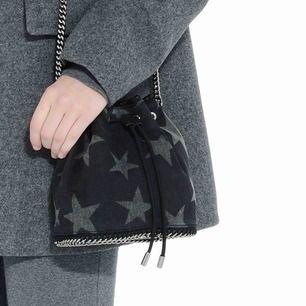 Säljer denna väska från Stella McCartney. Värdet på den är 11.000kr, men nypriset är 3.000kr. Är osäker om den finns kvar. Skriv för fler bilder! Frakten går på 99kr. ⚡️⚡️Väldigt rymlig.