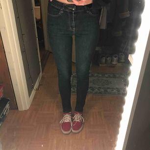 Superfina oanvända jeans från Saint Tropez!! De ger verkligen benen fina former och passar till långa ben!