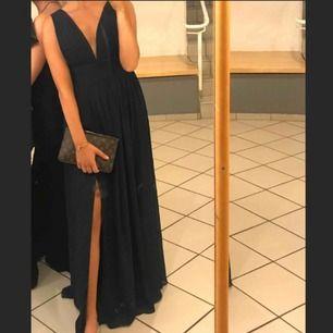 Superfin balklänning! En slits vid benet och sååå snygg passform 🤩 Säljes då den är för stor för mig :(