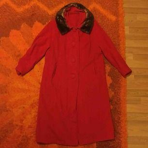 Jättefin kappa med äkta pälskrage. Varm och skön, men man får även plats med tjockare plagg under den.