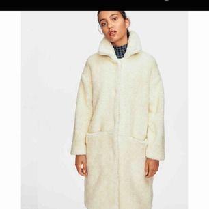 Teddykappa från peak performance, köptes förra vintern. Använd ca 4 gånger. Tycker inte jag passar i den tyvärr!😊 Nypris är 3000 kr. Den är i 55% ull och 45% polyester. Priset är förhandlingsbart.