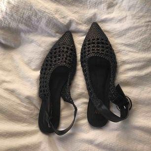 Finfina sandaler från hm med rotting mönster på. Svarta i storlek 38. Frakt 54kr🧚🏼♂️🧚🏼♂️