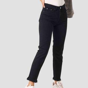 FRAKT INKLUDERAT! Skitsnygga jeans från NAKD! För små på mig som är en vanligtvis M/38 men har annars en otrolig passform ☺️💕 kan mötas upp då det blir billigare för köparen!