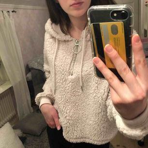Beige teddy hoodie från bikbok i storlek 34/XS. Använd få gånger, fint skick. Köparen står för frakt, säljs pga används inte