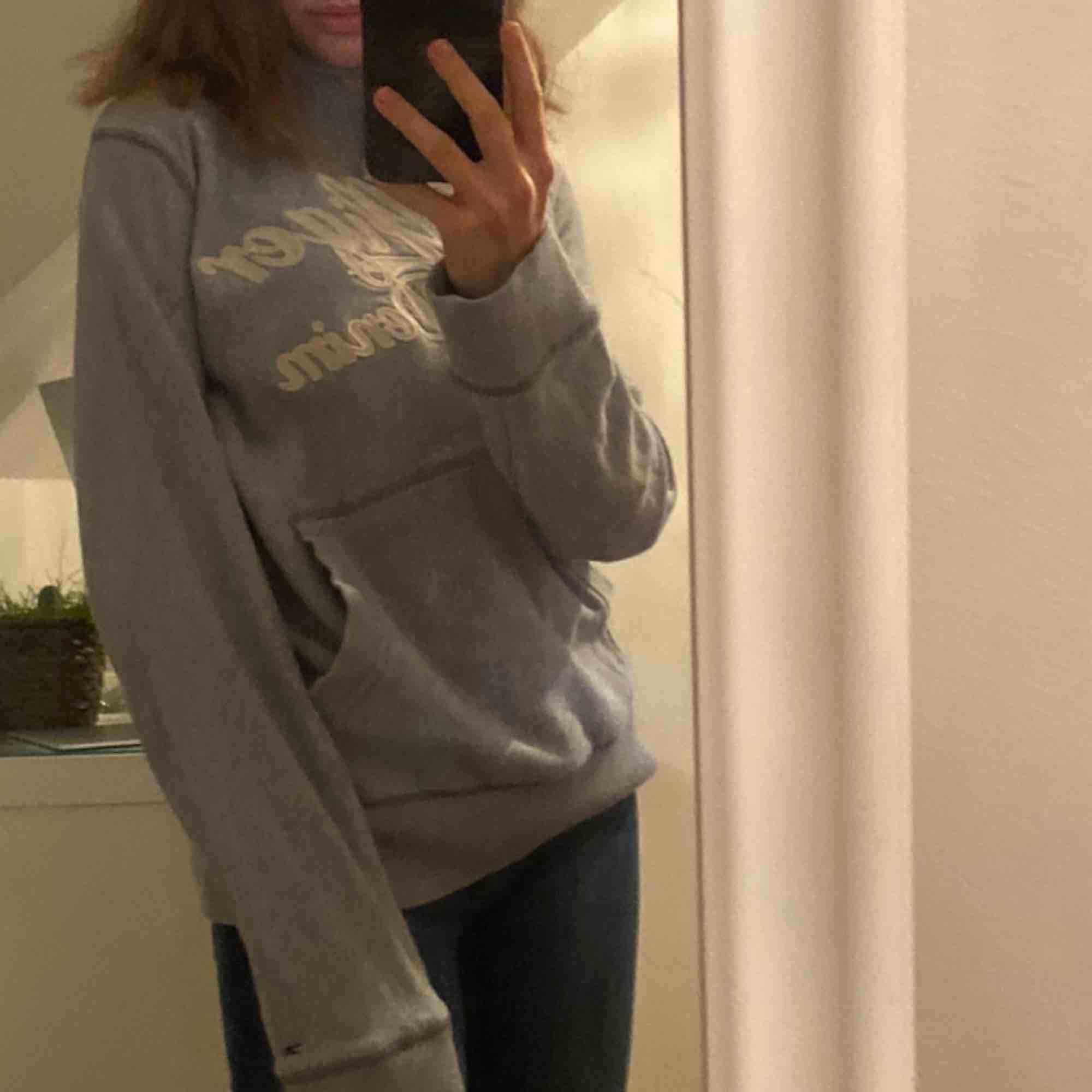 Supersnygg hoodie från Hilfigher, förstor för mig som har xxs/xs. Frakt betalar köparen (63kr)💞💞. Huvtröjor & Träningströjor.