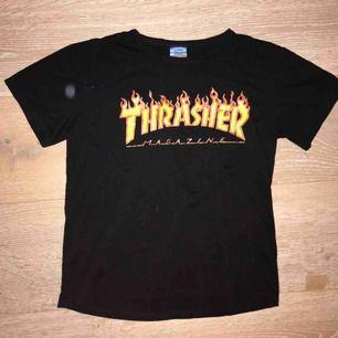 """Fake """"Thrasher""""-t-shirt i bra skick. Använd några gånger och har bra kvalitet"""