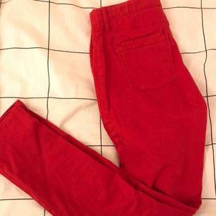 Röda straight leg jeans med regularisering waist från Gap, perfekt till jul. Barnstorlek 14 år men skulle säga att de är XS eller S beroende på kroppsform. Kan mötas upp i Stockholm innerstad