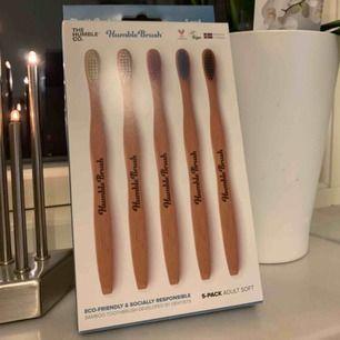 5 pack bambu tandborstar. perfekt julklapp!  tandborstarna är veganska, miljövänliga och inte testade på djur 🐷🐮🦊🐶🦊🐻🐱🐦🐻🦅🐷🦆🐗🐭🦅🦉🐤🐦